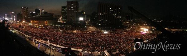 역사박물관에서 바라본 '박근혜즉각퇴진의날'  3일 오후 서울 광화문일대에서 열린 '촛불의 선전포고-박근혜 즉각 퇴진의 날 6차 범국민행동'에서 수많은 시민들이 '박근혜 퇴진'을 촉구하고 있다.