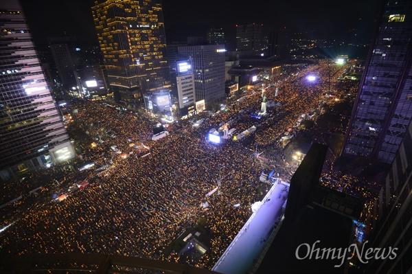 '박근혜퇴진' 및 '세월호 7시간 밝혀라' 3일 오후 서울 광화문광장에서 열린 '촛불의 선전포고-박근혜 즉각 퇴진의 날 6차 범국민행동'에서 수많은 시민들이 '세월호 7시간'을 밝히자는 의미로 7시에 맞춰 소등을 하고 있다.