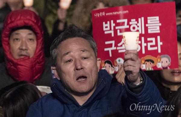 촛불 든 표창원 표창원 더불어민주당 의원이 3일 오후 광화문광장에서 열린 '박근혜 즉각퇴진의 날' 촛불집회에 참석하고 있다.