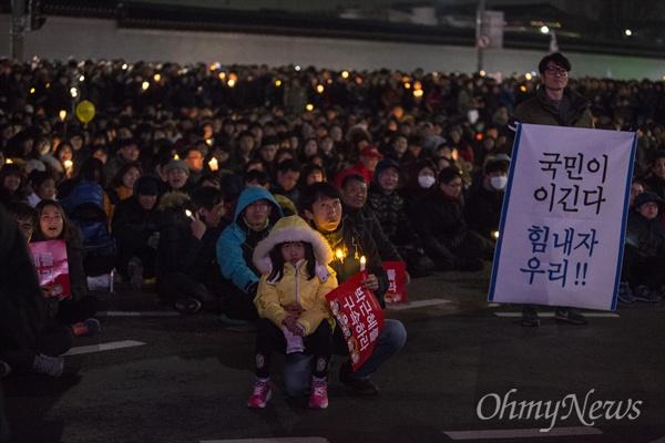 """촛불 시민 """"박근혜 즉각 퇴진"""" 요구 3일 오후 광화문광장에서 '박근혜 즉각퇴진의 날' 촛불집회가 열리고 있다."""