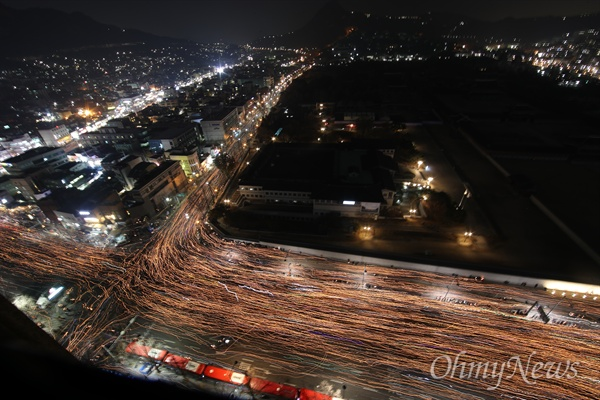 """청와대 압박하는 촛불의 바다, """"박근혜 물러나라!"""" 3일 오후 서울 광화문일대에서 열린 '촛불의 선전포고-박근혜 즉각 퇴진의 날 6차 범국민행동'에서 수많은 시민들이 청와대를 향해 행진하고 있다."""