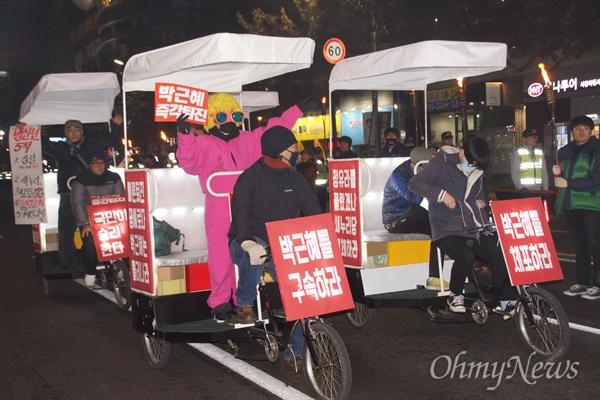 3일 오후 대구 한일로에서 박근혜 퇴진 시국대회를 마친 시민들이 자전거를 타고 새누리당 대구시당까지 거리행진을 하고 있다.