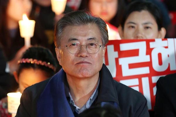 문재인 전 더불어민주당 대표가 3일 오후 광주 동구 옛 전남도청 앞에서 열린 박근혜 대통령 퇴진 촛불집회에 참석했다.