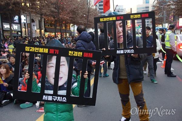 3일 오후 대구 한일로에서 열린 박근혜 퇴진 시국대회에 참가한 시민이 박 대통령이 구치소에 수감된 모습의 형상을 들고 있다.