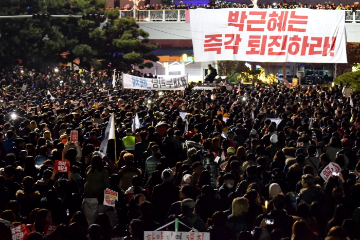 박근혜는 즉각 퇴진하라! 육교에서 내려온 펼침막