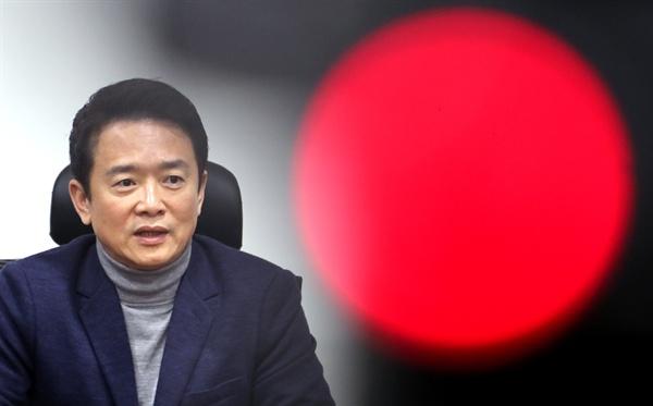 새누리당을 탈당한 남경필 경기지사가 4일 오전 국회 의원회관에서 열린 탈당 전 현직 의원 모임에서 박근혜 대통령의 탄핵과 관련한 입장을 밝히고 있다.