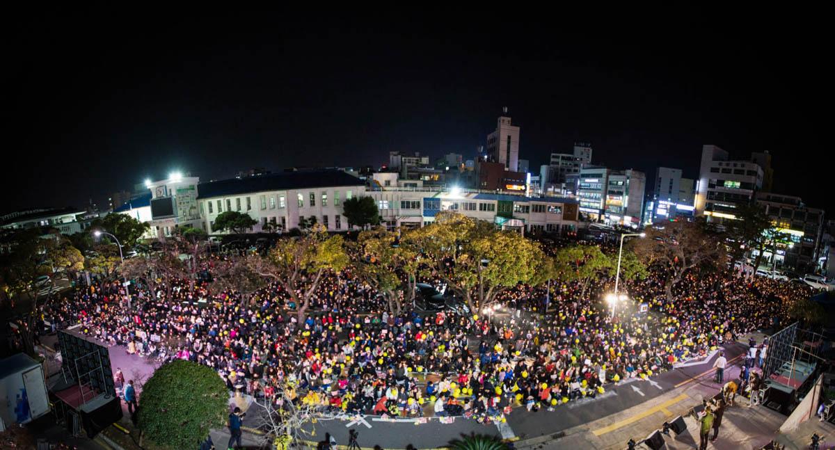 제주시청 앞에 모인 1만1천명의 제주도민 2016년 12월 3일 제7차 제주도민 촛불집회에 제주도민 1만1천명이 참가했다. 주최측인 '박근혜 정권 퇴진 제주행동'의 발표에 따르면 제주도에서 모인 사상 최대 인파였으며 박근혜가 퇴진할 때까지 이 행진을 계속 이어갈 것이라 한다.