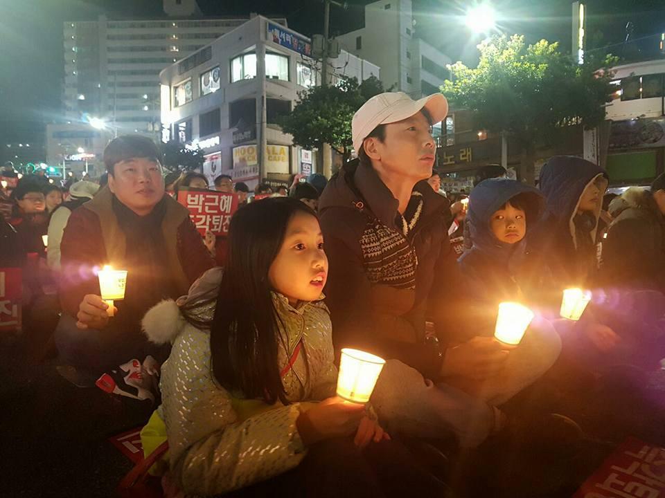 학생들과 함께 가족이 참가한 3일 여수 촛불 집회 현장