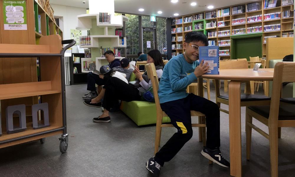 청운문학도서관 지하1층에 자리잡고 있는 열람실.