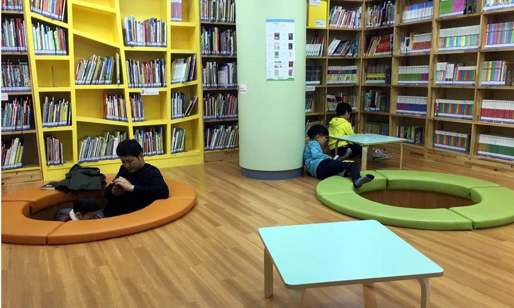청운문학도서관 지하1층에 자리잡고 있는 열람실. 어린이들이 좋아할만한 공간이 있다.