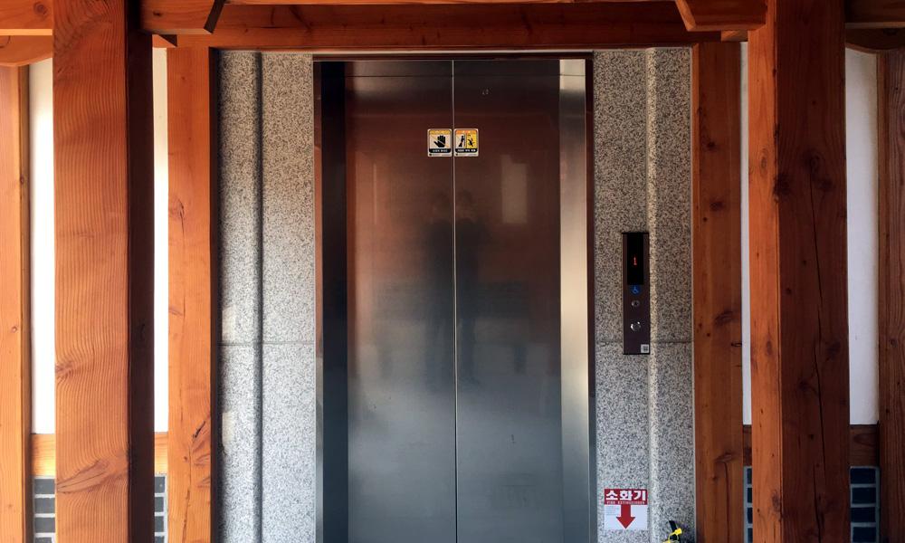 한옥 도서관에 조금 생뚱맞긴 하지만 엘리베이터도 설치돼 있다.