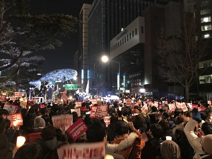 새누리당 앞에 모인 시민들