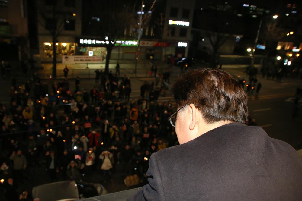 청와대 앞 '이재명 강제소환 연설'...신드롬에서 대세로 청운동 커피숍에서 자신의 이름을 연호하는 시민들과 대화하고 있는 이재명