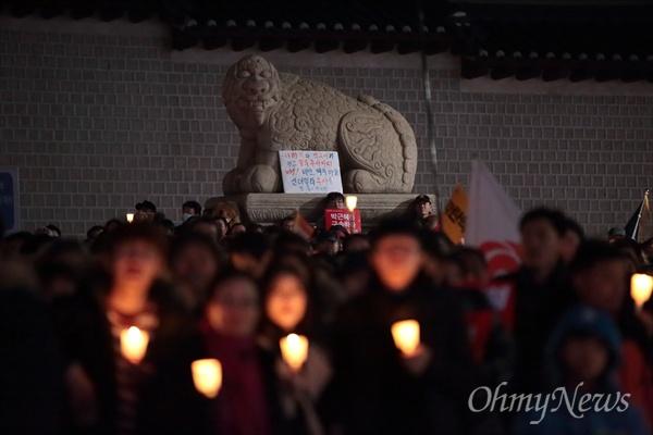박근혜 '즉각 퇴진' 촉구 3일 오후 광화문광장에서 '박근혜 즉각퇴진의 날' 촛불집회가 열리고 있다.