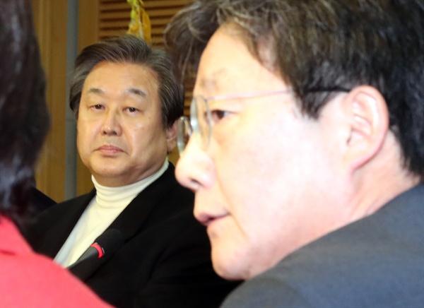 새누리당 김무성 전 대표(왼쪽)가 4일 오후 국회 의원회관에서 열린 비상시국회의 전체회의에서 얘기를 나누고 있는 유승민 의원을 바라보고 있다.