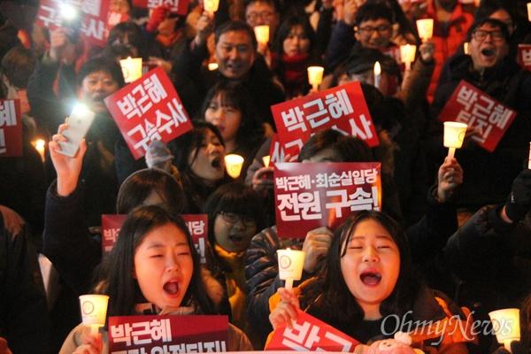 방송인 김제동 씨가 4일 오후 대전 서구 갤러리아타임월드 백화점 앞에서 대전시민과 함께 만민공동회를 열었다. 이날 집회에는 대전시민 4만명이 몰렸다.  만민공동회 이후에는 시국대회와 거리행진이 이어졌다.