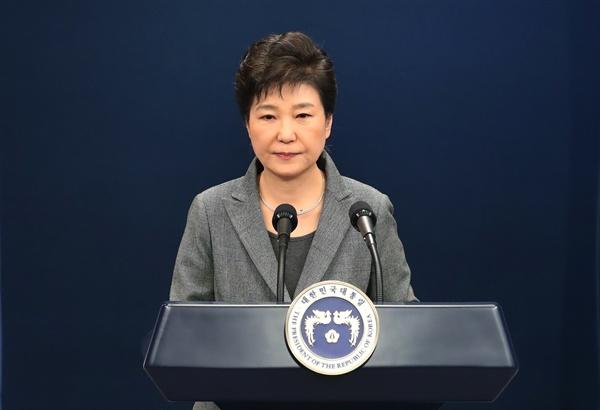 박근혜 대통령이 29일 오후 청와대 춘추관 대브리핑실에서 제3차 대국민담화를 발표한 뒤 굳은 표정을 보이고 있다.