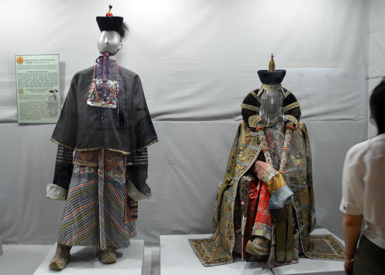 몽골 부족 전통의상. 거친 초원의 모습과 달리 몽골 각 부족의 전통의상은 화려하기 그지없다.
