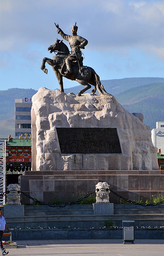 수흐바타르 동상. 몽골 독립의 영웅인 수흐바타르가 칭기즈칸 광장 한복판에 서 있다.