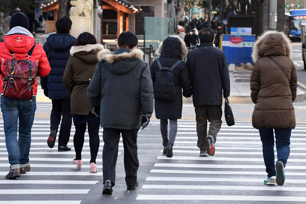 수도권 지역에 한파주의보가 내려진 6일 오전, 시민들이 두터운 옷을 입고 서울 광화문네거리 횡단보도를 건너고 있다.