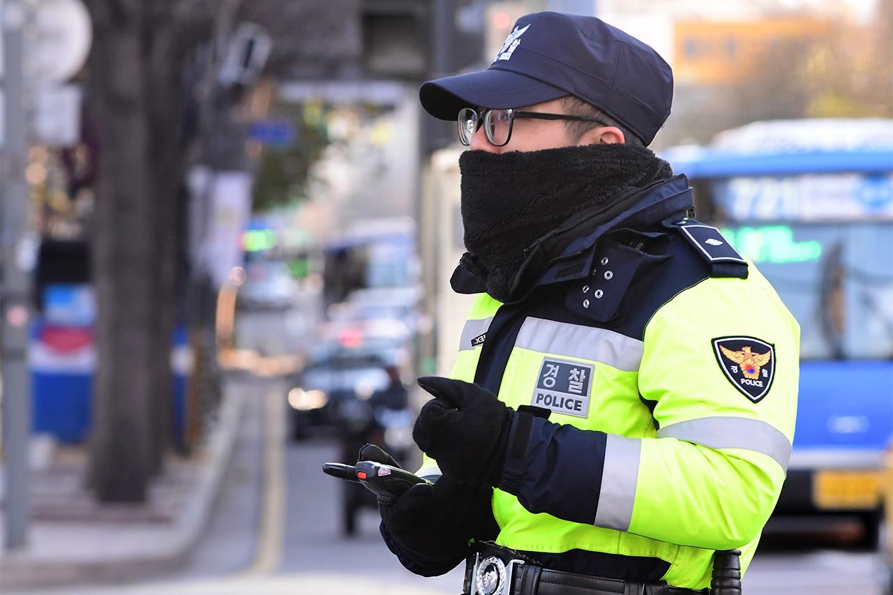 수도권에 한파주의보가 내려진 6일 오전, 두터운 옷을 입은 한 의경이 서울 광화문 광장에서 경계근무를 서고 있다.