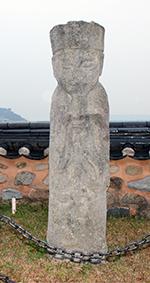 유형문화재로 지정되어 있는 '여수 석인'은 진남관 들어가자마자 오른쪽에 있다.