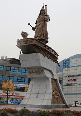 진남관 앞 중앙로네거리의 이순신 동상