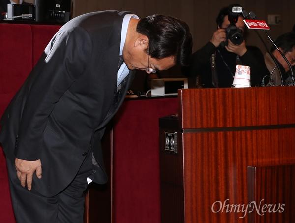 인사하는 정진석 정진석 새누리당 원내대표가 6일 의원총회에서 박근혜 대통령과 회동 결과를 설명한 뒤 인사하고 있다.