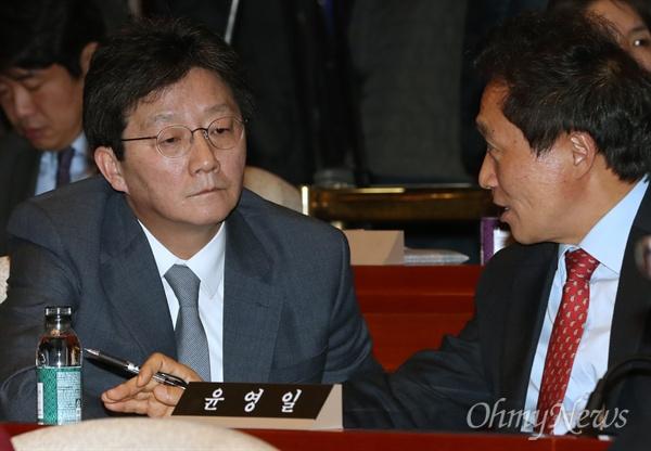 새누리당 유승민 의원이 6일 박근혜 대통령과 당 지도부 회동 후 열린 의원총회에서 이학재 의원과 대화를 나누고 있다.