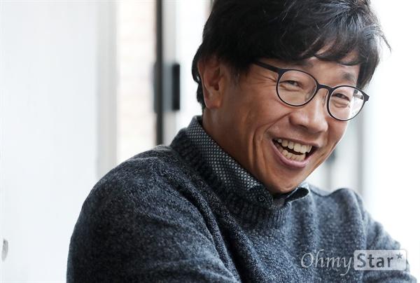 박철민, '커튼콜'의 희노애락 영화 <커튼콜>에서 철구 역의 배우 박철민이 6일 오후 서울 신사동의 한 카페에서 인터뷰에 앞서 포즈를 취하고 있다.