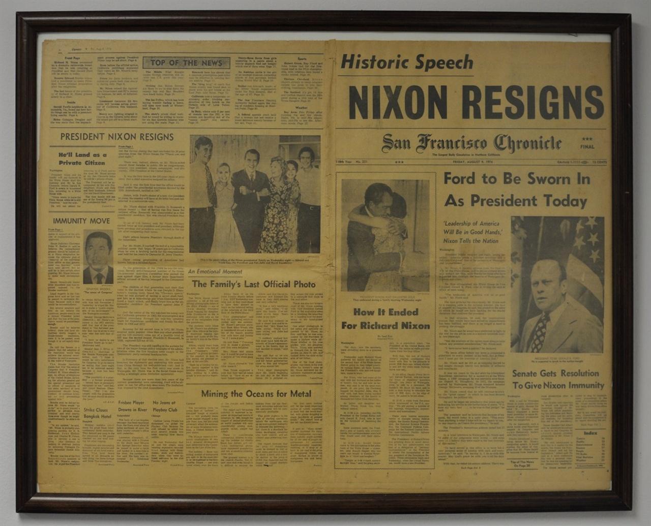 닉슨 사임(Nixon Resign) 기사를 다룬 1974년 8월 9일 자 샌프란시스코 크로니컬(San Francisco Chronicle). 기자의 사무실 벽면에 액자로 걸려 있다.
