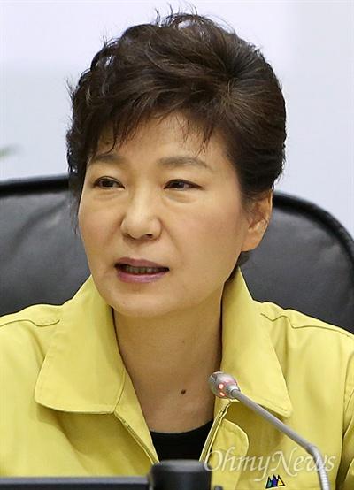 박근혜 대통령이 세월호참사 당일인 지난 2014년 4월 16일 오후 정부서울청사의 중앙재난안전대책본부를 찾아 세월호참사 상황을 보고 받고 있다.