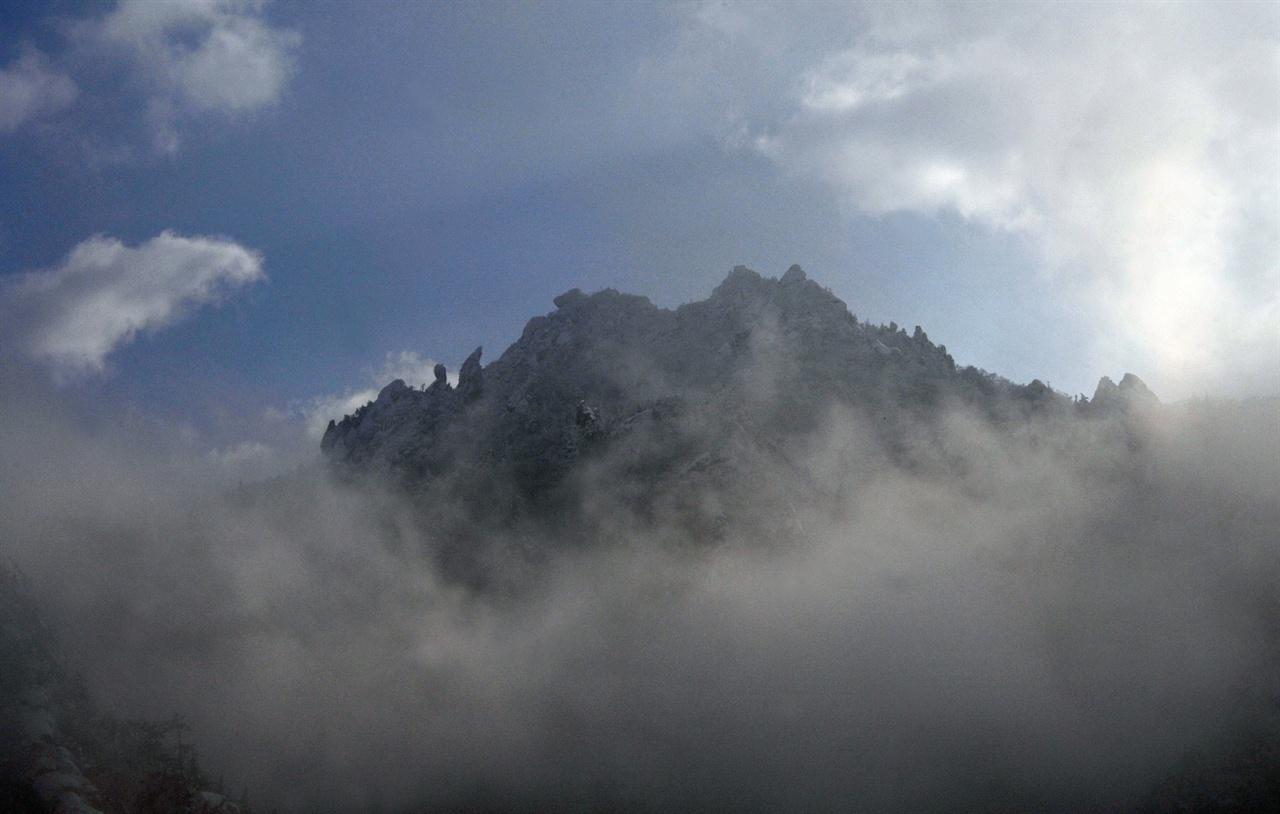 오색령 오색마을에서 바라보는 오색령 능선에서 가장 높은 봉우리중 하나가 이곳인데 이름은 없다. 그러나 한계령휴게소에 앉아 볼 때 기묘한 형상을 한 바위들이 눈길을 사로잡는다. 또한 변화무쌍한 날씨의 변화를 느낄 수 있는 곳으로 구름에 가리고 걷히기를 순간적으로 보여준다.