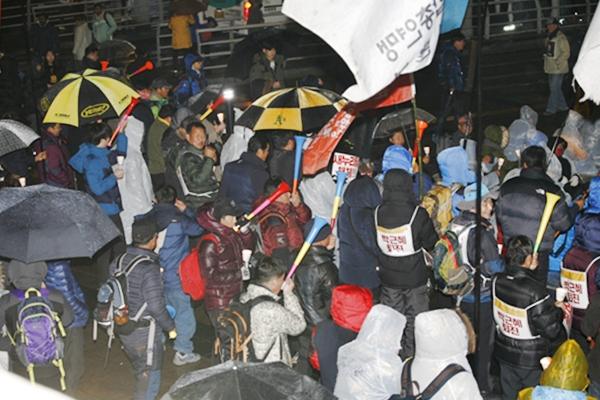 부루젤라 집회참가자들이 부루젤라를 불고 있다