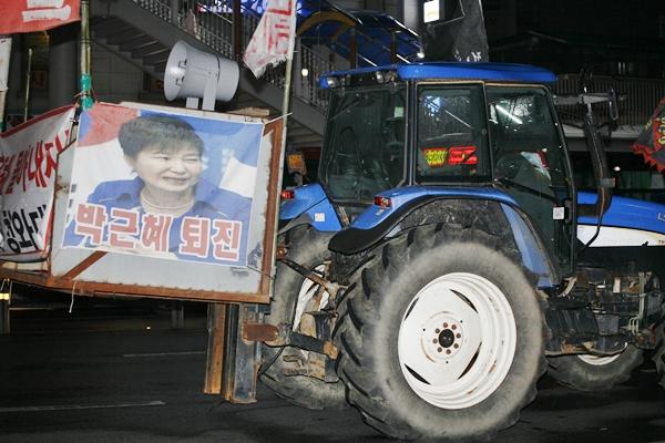 트랙터 전봉준 투쟁단이 몰고 온 트랙터가 집회장소 앞 도로에 주차되어 있다