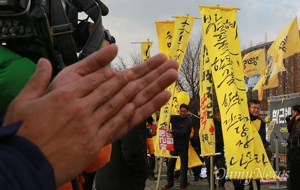 국회 앞 만장 등장에 박수치는 시민들 박근혜 대통령 탄핵을 압박하기 위해 광주에서 올라온 시민들이 9일 오전 서울 여의도 국회에 만장을 들고 도착하자, 시민들이 이를 반기며 박수를 치고 있다.