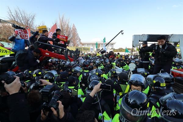 경찰, '전봉준투쟁단' 트렉터 강제견인 박근혜 대통령 탄핵소추안 처리를 앞둔 9일 오후 여의도 국회앞에서 전농 '전봉준 투쟁단' 트렉터를 경찰이 강제견인을 시도하며 충돌이 벌어지고 있다.