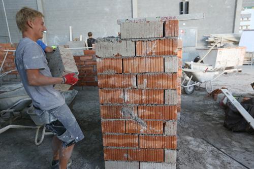 오스트리아 잘츠부르크 건축직업학교에서 벽돌과정 수업을 들으며 실습 중인 청년.