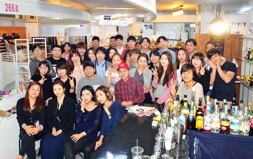 2015년 10월 청년문화상점 부평시장 로터리마켓에 입주한 청년들의 모습.<시사인천 자료사진>
