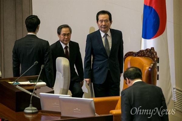 박근혜 대통령 탄핵소추안 표결을 앞둔 9일 오후 서울 여의도 국회에서 열린 본회의에 참석한 정세균 국회의장이 의장석으로 들어서고 있다.