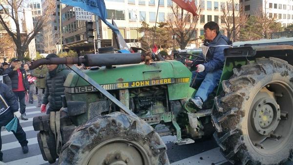 농민들이 화물탑차에 트랙터를 숨겨 여의도까지 이동했다.