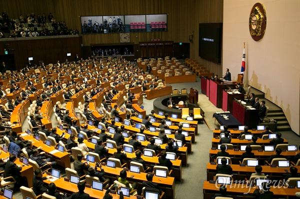 정세균 국회의장이 9일 오후 서울 여의도 국회에서 열린 본회의에 참석해 박근혜 대통령 탄핵소추안 가결을 발표하고 있다.
