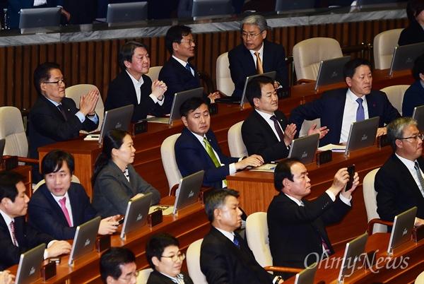 박근혜 대통령 탄핵소추안을 표결하는 제346회 국회(정기회) 제18차 본회의가 9일 서울 여의도 국회의사당에서 열린 가운데 박지원 국민의당 원내대표와 안철수 전 대표가 가결 발표 뒤 박수를 치고 있다.