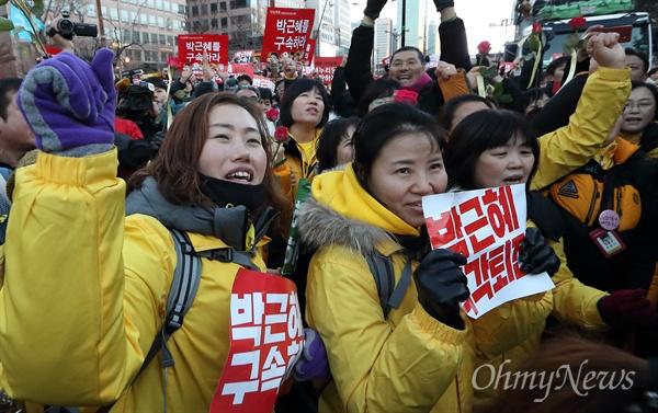 '박근혜 탄핵' 기뻐하는 세월호참사 유가족들 박근혜 대통령 탄핵소추안이 가결된 9일 오후 여의도 국회앞에서 세월호참사 유가족들이 시민들과 함께 기뻐하고 있다.