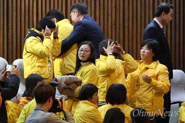 박근혜 대통령 탄핵 소추안이 가결된 9일 오후 국회 본회의장에서 세월호 유가족들이 울음을 터뜨리고 있다.