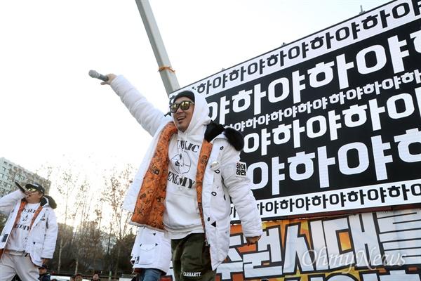 광장에 선 DJ DOC, '하야'를 외치다 박근혜 대통령의 퇴진을 촉구하는 7차 촛불집회가 예정된 10일 오후 서울광장에서 열린 '국민주권수호대회' 무대에 오른 DJ DOC가 공연을 펼치고 있다.