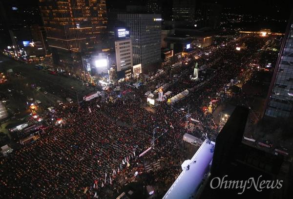 박근혜 탄핵 후 첫 주말집회 박근혜 대통령 탄핵 가결 후 첫 주말인 10일 오후 광화문광장 일대에서 열린 '박근혜정권 끝장내는 날' 촛불집회에 많은 시민들이 참여하고 있다.