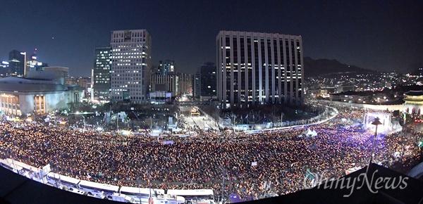 탄핵 후 첫 주말 '촛불의 바다' 박근혜 대통령 탄핵소추안이 가결된 다음 날인 10일 오후 광화문광장에서 열린 '박근혜정권 끝장내는 날' 촛불집회에 참가한 시민들이 '박근혜 즉각퇴진'을 외치고 있다.