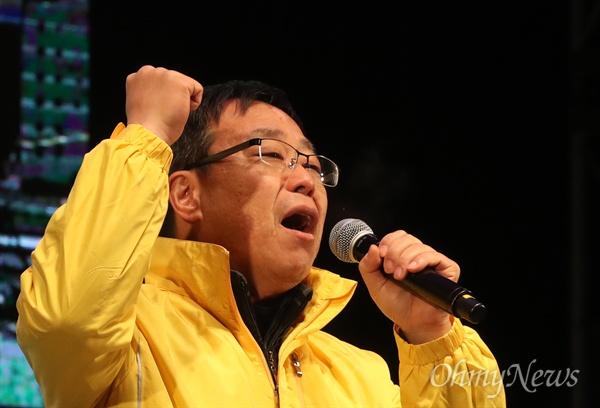 """촛불 광장에 선 유경근 집행위원장 박근혜 대통령의 퇴진을 촉구하는 7차 촛불집회가 열린 10일 오후 서울 광화문광장에서 유경근 4·16 세월호참사 가족협의회 집행위원장이 """"즉각 퇴진""""을 외치고 있다."""