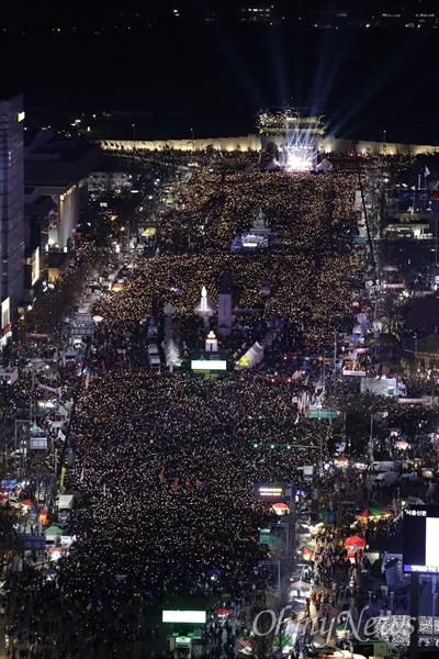 탄핵 가결 후에도 꺼지지 않은 '촛불의 바다' 박근혜 대통령 탄핵소추안이 가결된 다음 날인 10일 오후 광화문광장에서 열린 '박근혜정권 끝장내는 날' 촛불집회에 참가한 시민들이 '박근혜 즉각퇴진'을 외치고 있다.